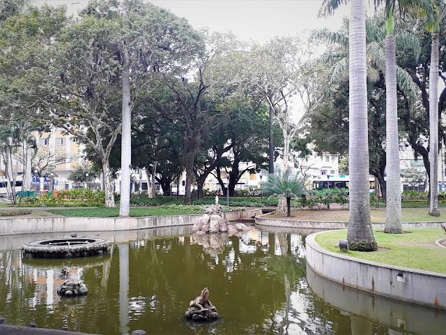 lago em um parque arborizado