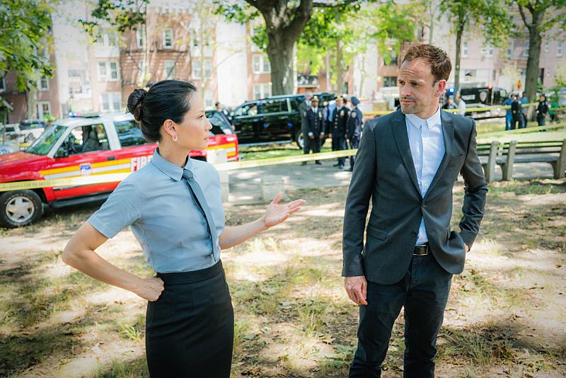 Lucy Liu y Jonny Lee Miller en Elementary