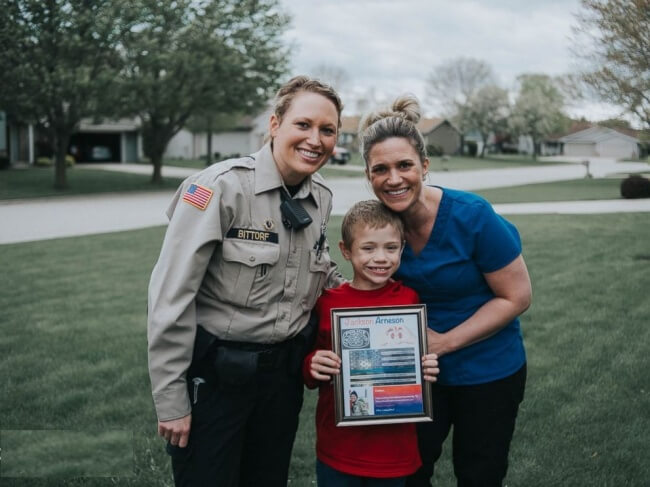 22 Stirring Pictures That Made Even The Toughest Of Us Cry - A police officer became a kidney donor for this eight-year-old boy, whom she had recently met.