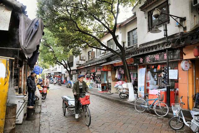 A bicicleta é tudo para muitos milhões de chineses. O 'crédito social' dirá quem pode usá-las, quando e como. Rua de Suzhou.