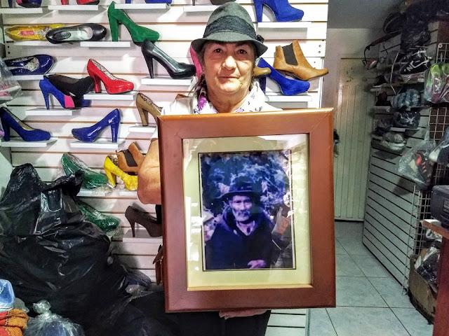 Toyita exhibe el retrato de su padre Julio Barreto, campesino analfabeta, yuntero y criador de marranos. Foto: La Pluma & La Herida