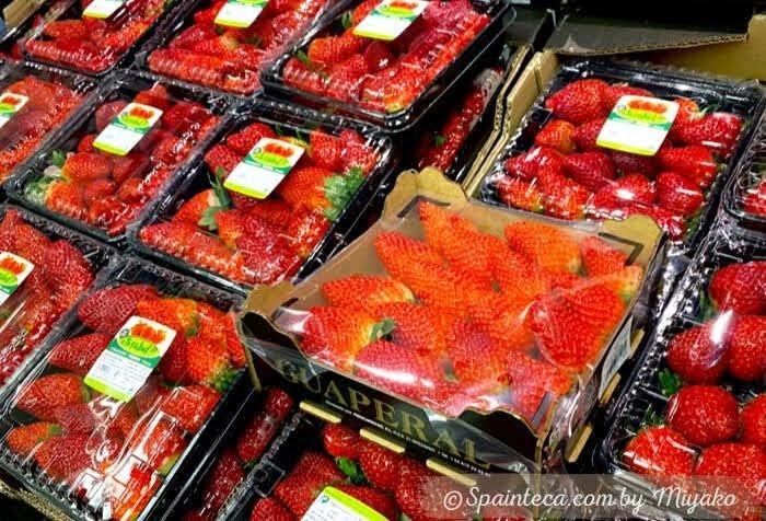 スーパーのお買い得食材として店頭にならぶ真っ赤な旬のイチゴ