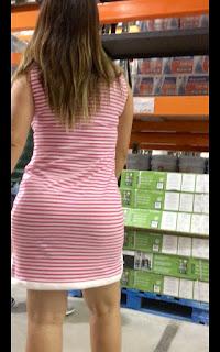 Hermosa mujer madura cuerpo curvilíneo vestido entallado