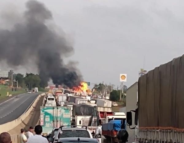 Dois caminhões pegam fogo e interditam Rodovia Anhanguera, no  km 134