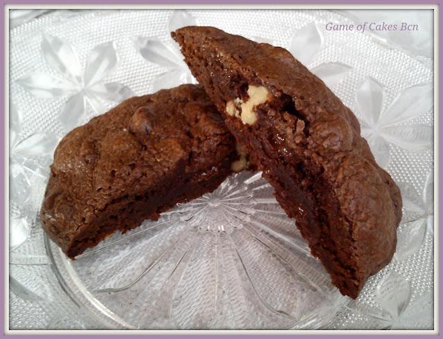 Primer plano de la galleta de chocolate cortada