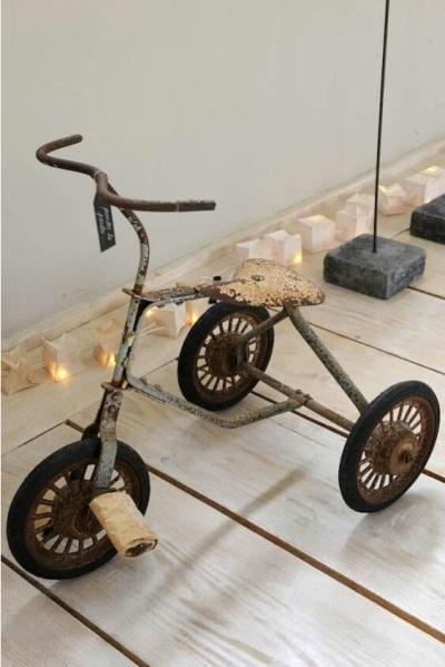 Sepeda roda tiga jadul dan usang bisa menghasilkan dekorasi rumah bernuansa vintage atau rustic. Tidak banyak yang perlu dilakukan pada sepeda roda tiga ini, hanya perlu memajangnya di tempat-tempat yang diinginkan, seperti ruang keluarga.