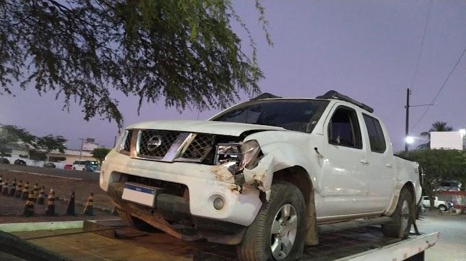 Caminhonete roubada é recuperada após colidir em muro na BR 232, em Caruaru