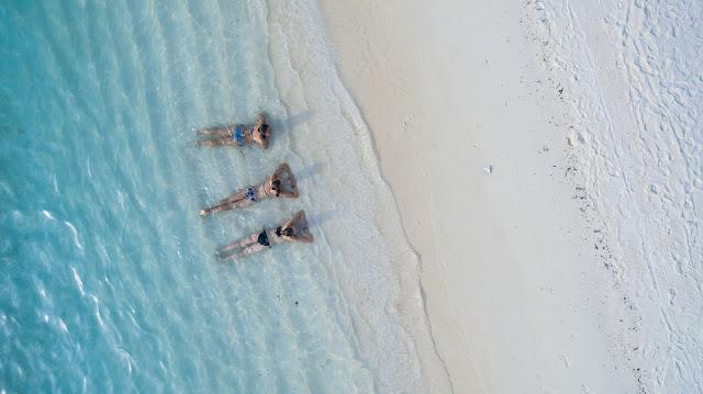"""Sau những ngày làm việc căng thẳng đến """"quên cả việc chải lại tóc tai"""" vì deadline, sao bạn không đặt lịch nghỉ phép vài ngày và thẳng tiến đến một bãi biển yên bình? Kiểu du lịch """"nhàn tênh"""" sinh ra dành cho những du khách yêu thích sự nhẹ nhàng tận hưởng, không khí hòa quyện với thiên nhiên. Bên cạnh giây phút thư giãn ngắm nhìn cảnh biển, hoàng hôn trên biển, bạn nên tận hưởng những dịch vụ spa, massage, xông hơi. Phương pháp trị liệu cho cơ thể sẽ mang đến cho bạn tâm lý thoải mái và một cơ thể không còn đau mỏi."""