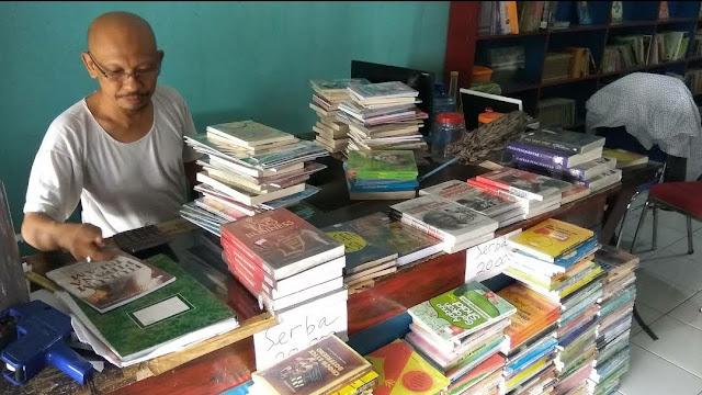 Owner toko buku papirus