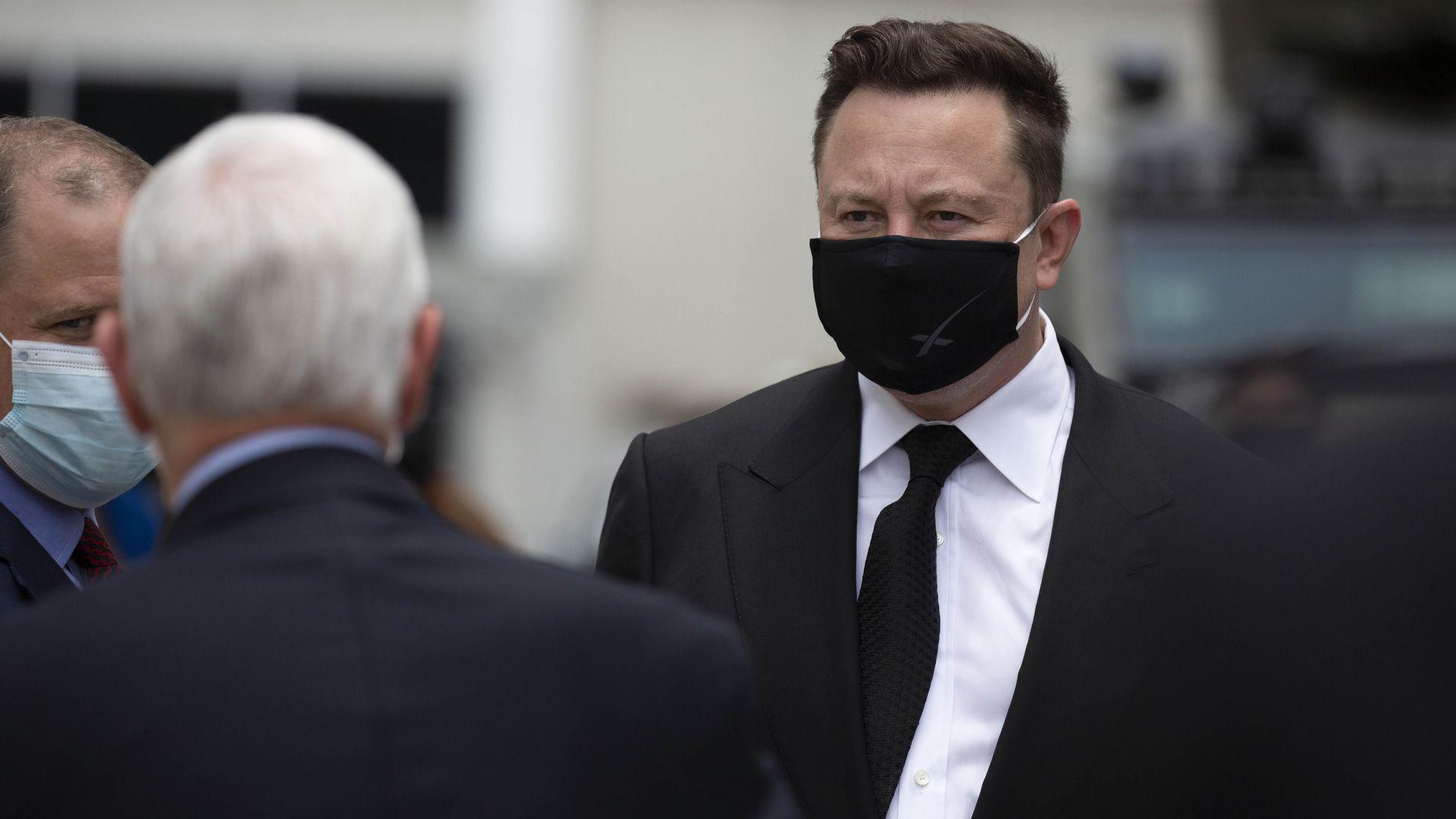 Elon Musk con una mascarilla
