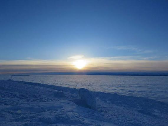 Cudowny wschód słońca nad morzem mgieł.