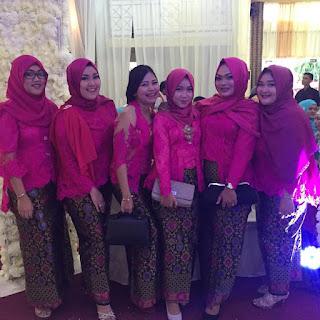 kebaya batik bawahan rok prada, atasan blouse kebaya broklat pink muslim