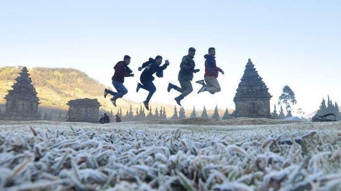 Berbagai Spot foto instagramable bisa kalian ciptakan di tempat wisata Candi Arjuna dataran tinggi Dieng dan Usahakan kalau ke tempat wisata ini datang lebih pagi antara pukul 4 pagi sampai dengan pukul 9 siang