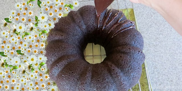 Enfes çikolata soslu kek tarifi - www.kahvekafe.net
