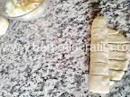 preparare reteta cornuri cu cascaval - foaia de aluat rulata pana la capat