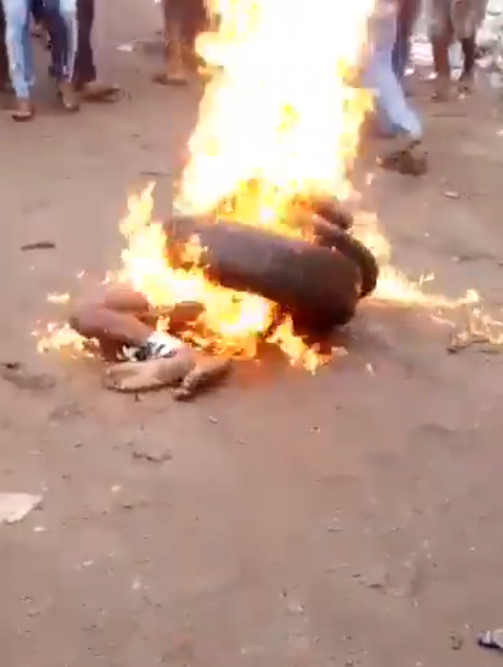 Shocking Video: Thief nabbed and Burnt to Death by Angry Mob for Stealing a Phone(Must See)