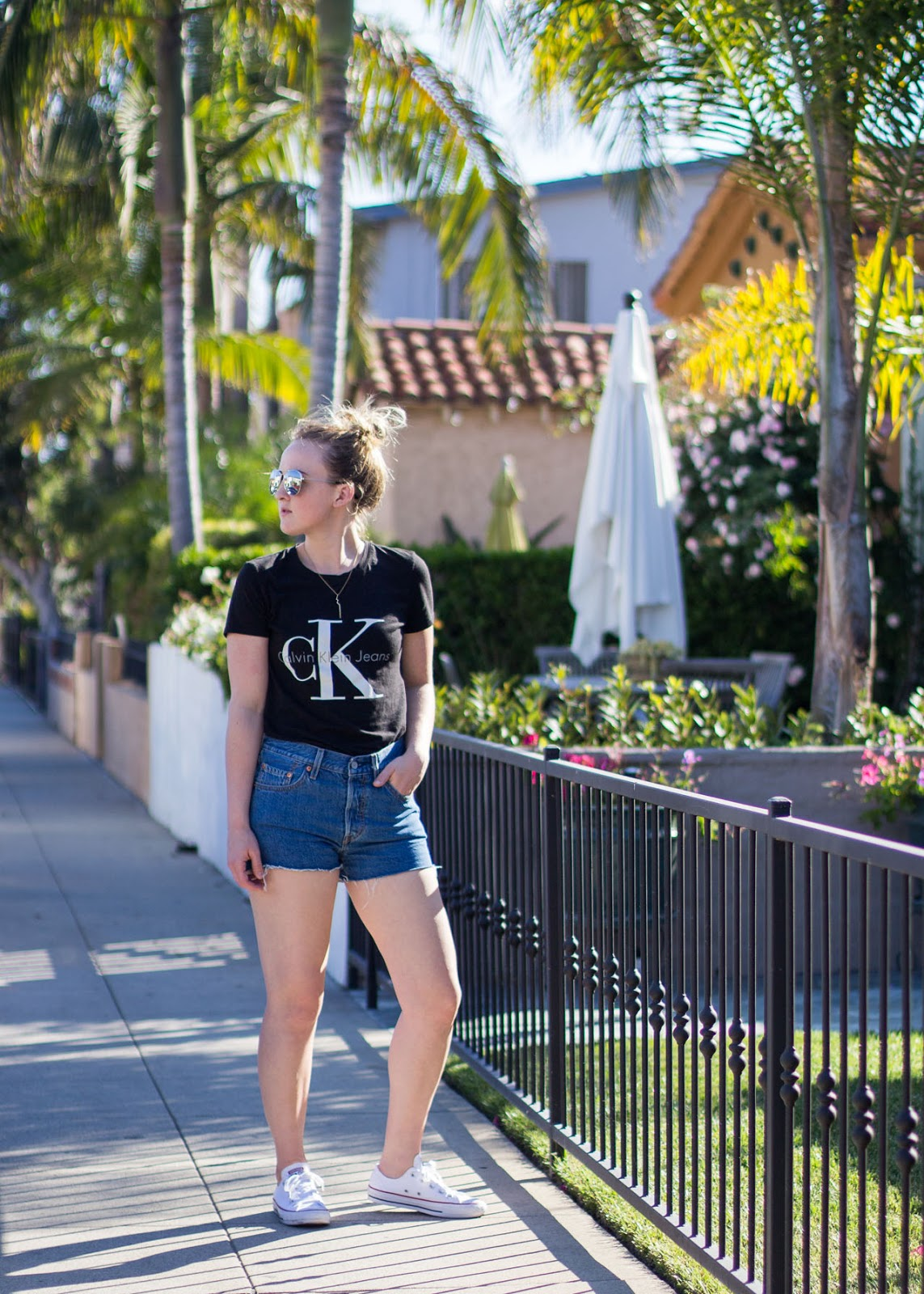 Travel Style - California Long Beach - Calvin Klein logo t-shirt - Levi's shorts