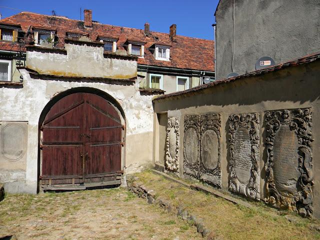 brama drewniana, lapidarium w Kożuchowie