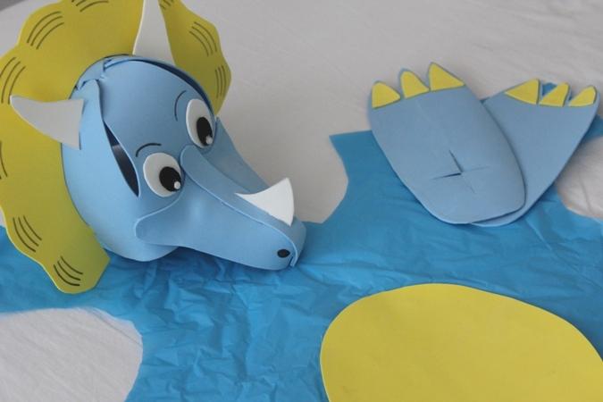 disfraz casero de dinosaurio para niños con goma eva