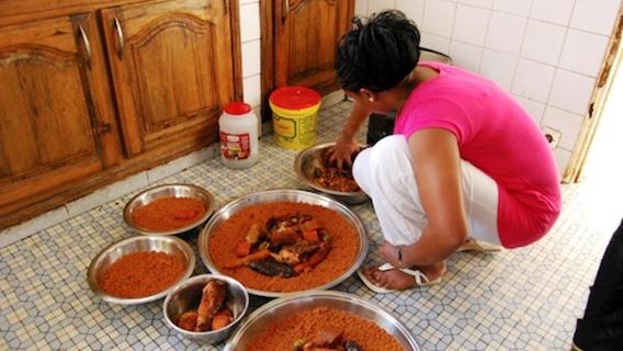 Cuisine, femmes, filles, ménage, domestique, bonne, mbindanes, maison, foyer, nettoyage, repas, plat, surveillance, enfant, LEUKSENEGAL, Dakar, Sénégal, Afrique