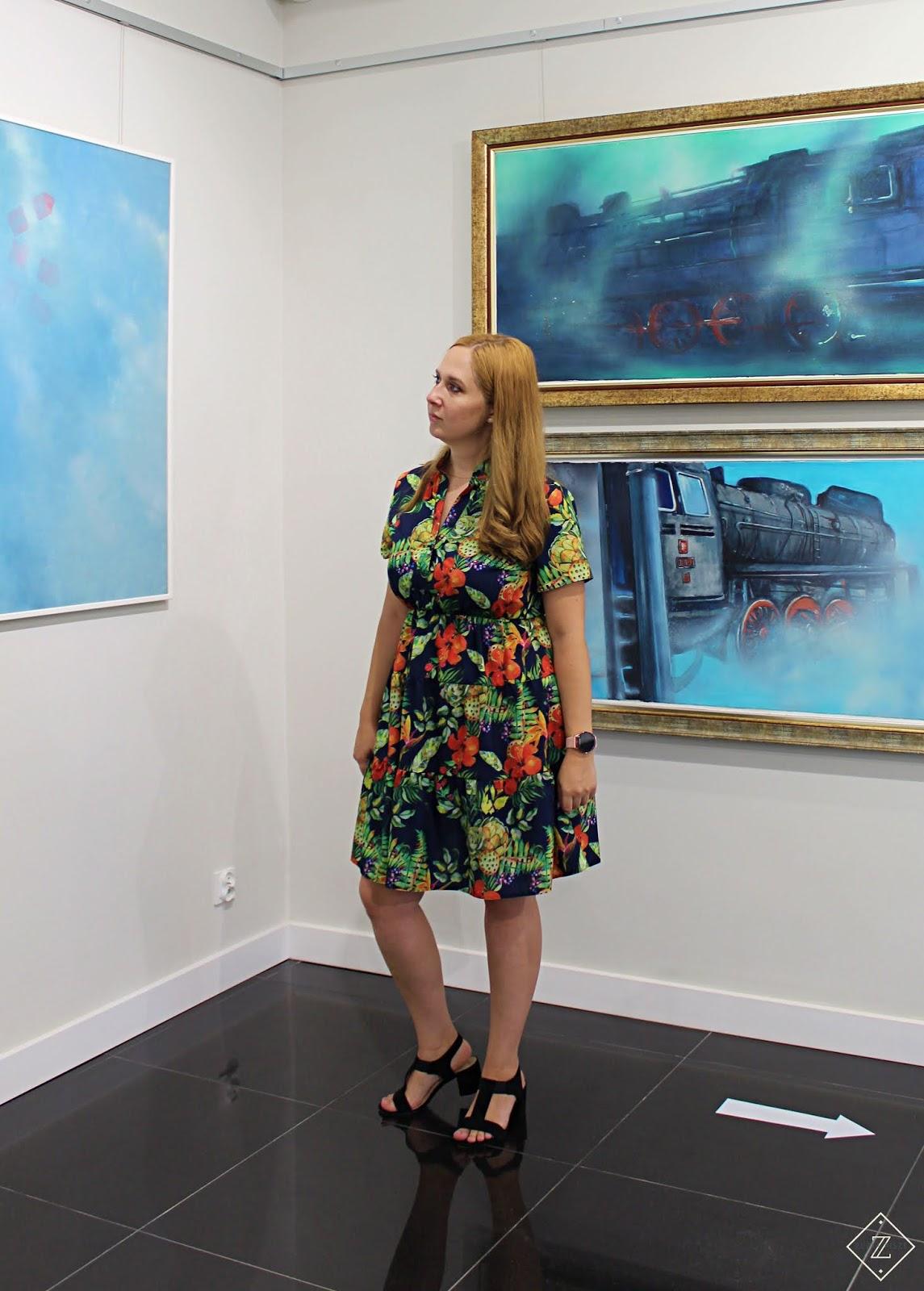 Letnia sukienka rozkloszowana ALEKSANDRA granatowa w tropikalne kwiaty i liście - Grandio.pl