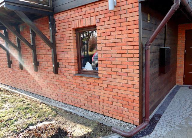 Płytki z cegły jako elewacja rustykalnego domu