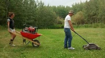 Rasenmähen im Garten lustige Bilder Geschichten