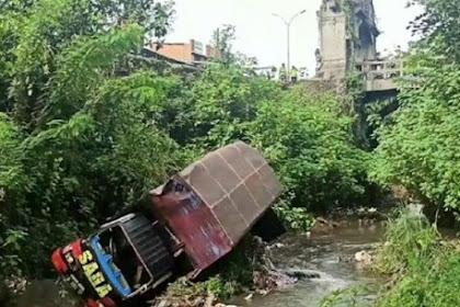 Truk Boks Ditabrak Tronton di Pasuruan Hingga Nyemplung Jurang