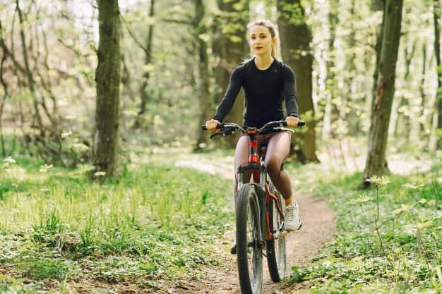 [Imagen: mujer-montando-bicicleta-montana-bosque_1157-36515.jpg]