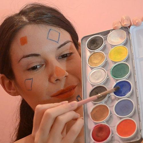 Dibujar parches azules en tu maquillaje de espantapájaros