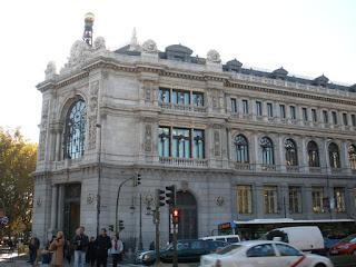Majestuosa fachada principal, en chaflán, entre la calle de Alcalá y el paseo del Prado.