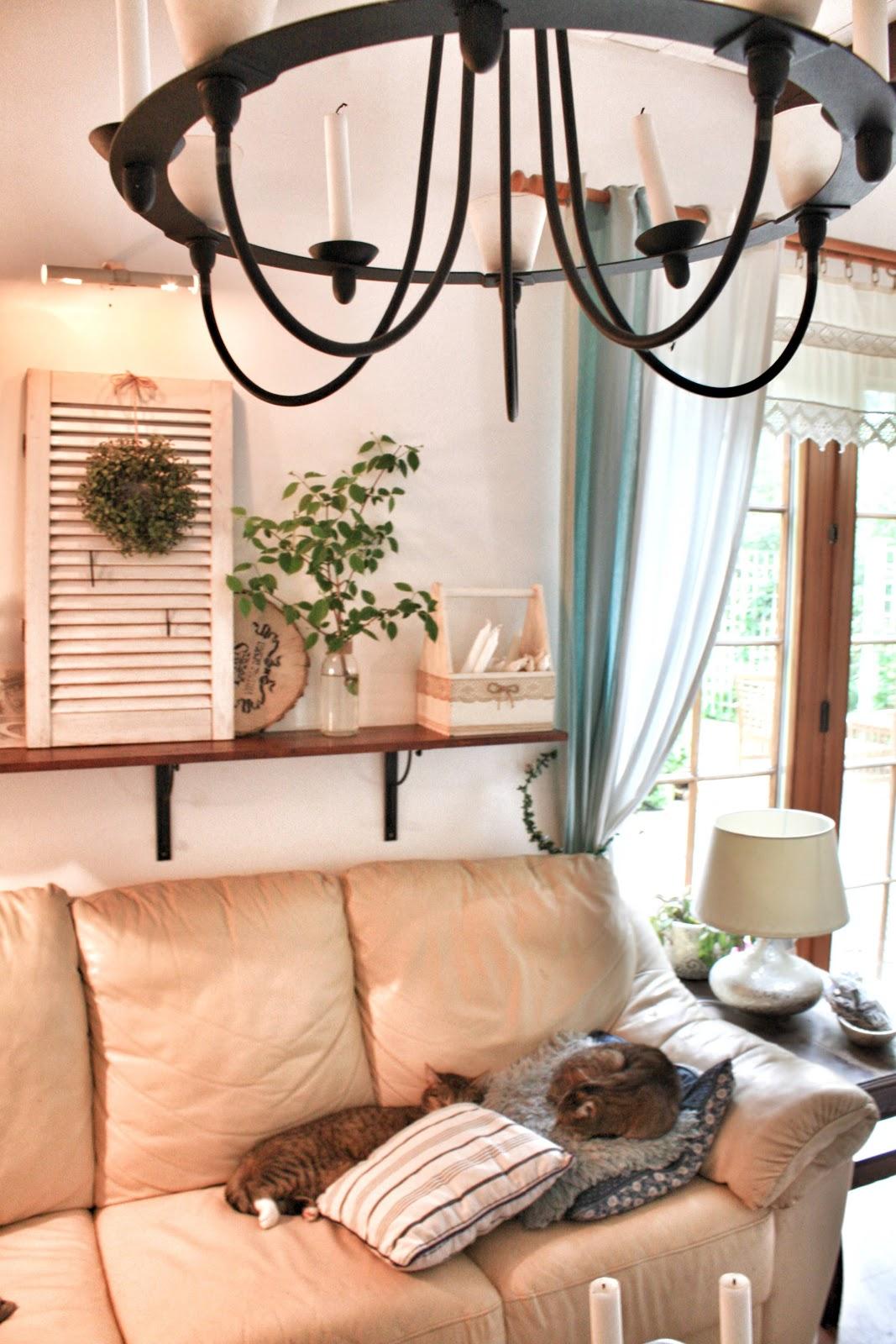 kanapa, żyrandol ikea, lampa home you,okiennica, styl skandynawski