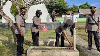 Hari Bhayangkara ke 75, Polres Enrekang Gelar Upacara Ziarah Rombongan di TMP Massenrempulu