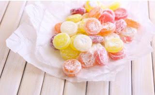 Hindari makanan manis untuk menghilangkan karang gigi