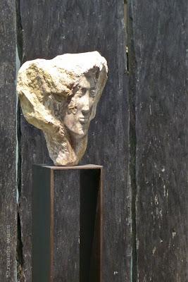 Sichtschutz für den Garten und Hintergrund für ein Kunstwerk aus Naturstein - Giardina Zürich