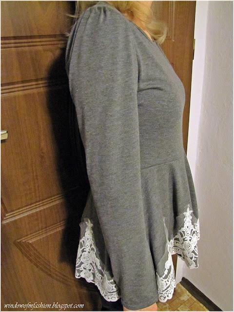 Szara bluzka z baskinką i koronką na dole