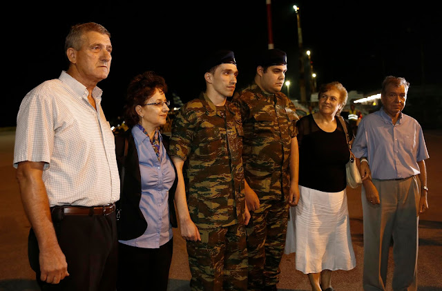 Συγκινητικές στιγμές στην επίσημη τελετή υποδοχής των δύο στρατιωτικών