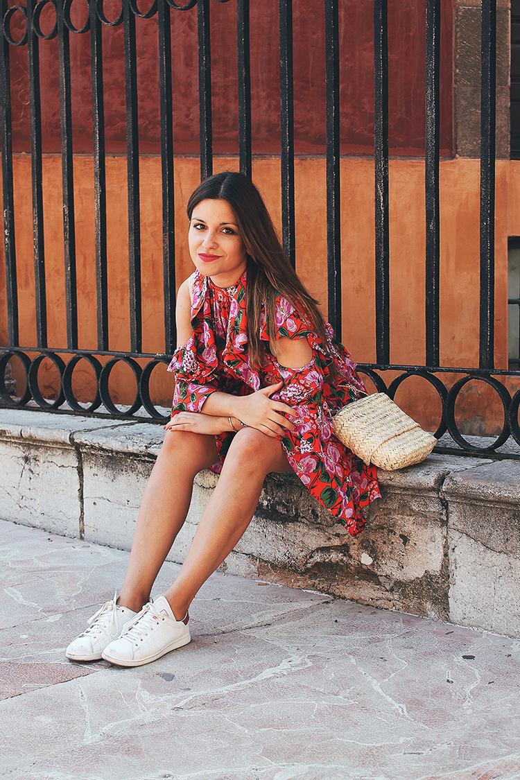 look con vestido de flores de verano y zapatillas