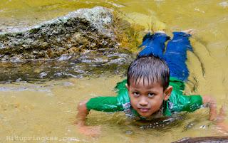 Belajar berenang di daratan