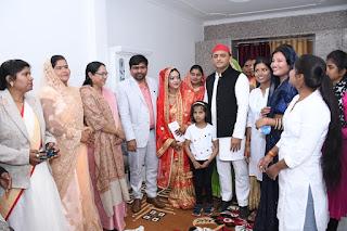 अपनी ही पार्टी के विधायक की शादी में पहुँचे अखिलेश यादव, नवविवाहित जोड़े को दिया आशीर्वाद
