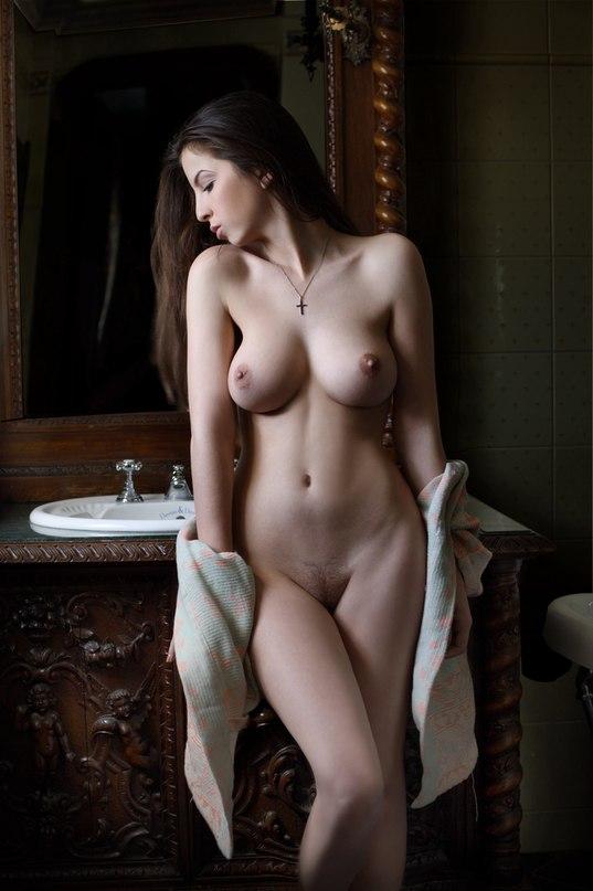 голая женщина в замке фото