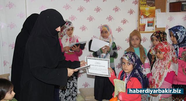 DİYARBAKIR-Kur'an Nesli Platformu'na üye Toplumsal Dayanışma, Hizmet ve Şura Derneği (Şura-Der) ile Halkla Dayanışma, Yardımlaşma ve Hizmet Derneği (Hizmet-Der), kız çocuklarına yönelik bir haftalık namaz programı düzenledi.