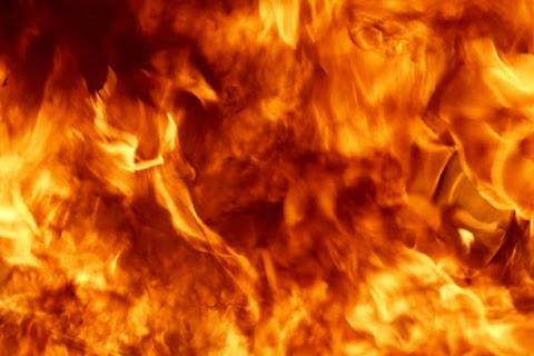 Kigyulladt tűzifa lángja terjedt át a lakóházra