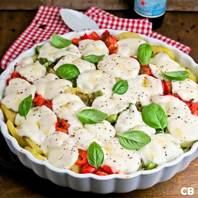 Recept: zo maak je zelf Italiaanse mozzarellaschotel met aardappels, tomaten en paprika