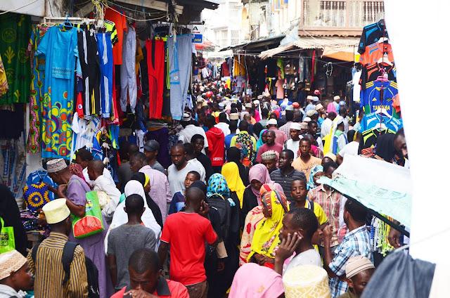 Harakati za Kukamilisha Nguo za Watoto za Sikukuu Katika Mtaa wa Mchangani Zanzibar