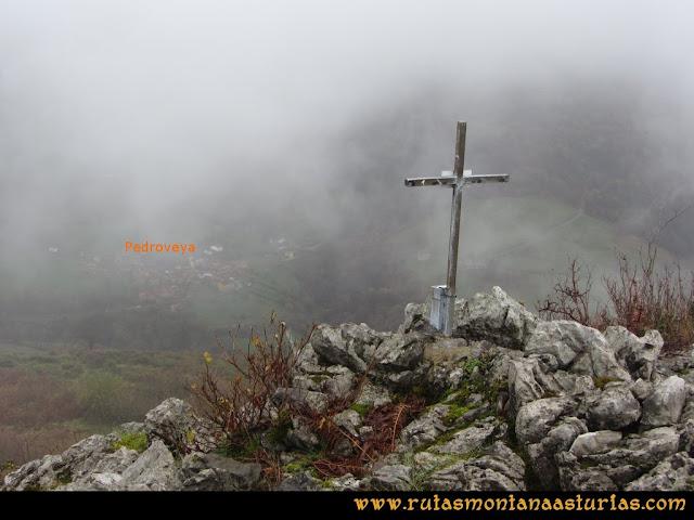 Ruta de las Xanas y Senda de Valdolayés: Pedroveya desde la cima de Peña Rey