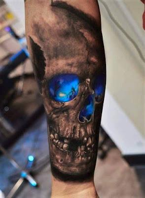 Tatuaje de calavera iluminada con luz azul