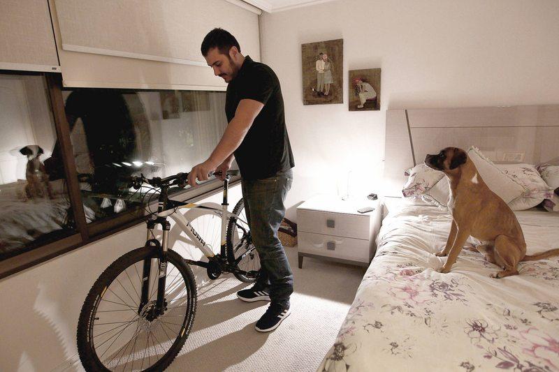 Mejor en la pieza que en el patio: en qué hay que fijarse para guardar la bici