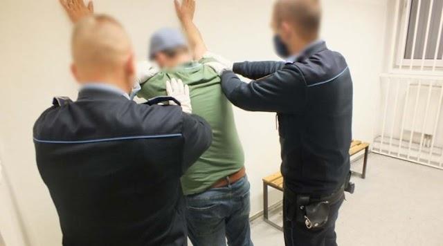 Közokirat-hamisítás gyanúja miatt állítottak elő egy férfit a rendőrök
