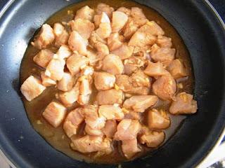 Pollo marinado en miel, lima, jengibre y salsa de soja
